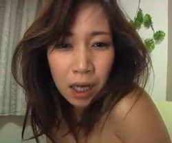 【人妻・主婦の潮ふき・オナニー動画】乳首を摘まんでつねって弄って感じまくる人妻-4:56