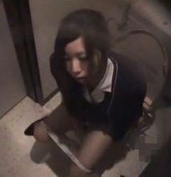【OLの潮ふき・オナニー動画】便所で指ズボするOL美人お姉さん-7:09