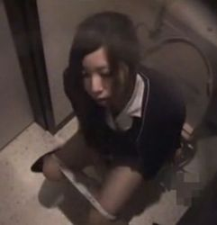 【OLの潮ふき・オナニー動画】美人のH無料動画。便所で指ズボするOL美人お姉さん-7:09
